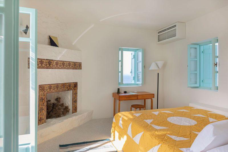 [ Décors des îles grecques ] Hôtel Papyrella à Mykonos // Chambre avec mobilier vintage et couvre lite en patchwork