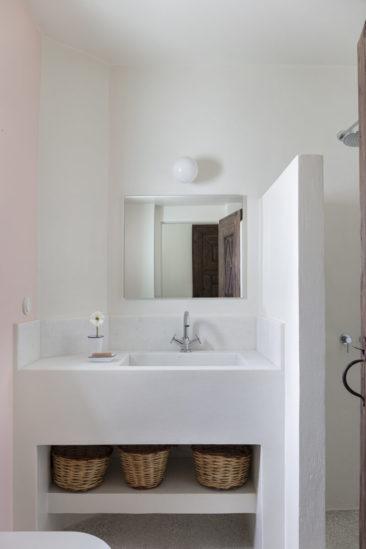 [ Décors des îles grecques ] Hôtel Papyrella à Mykonos // Salle de bains maçonnés