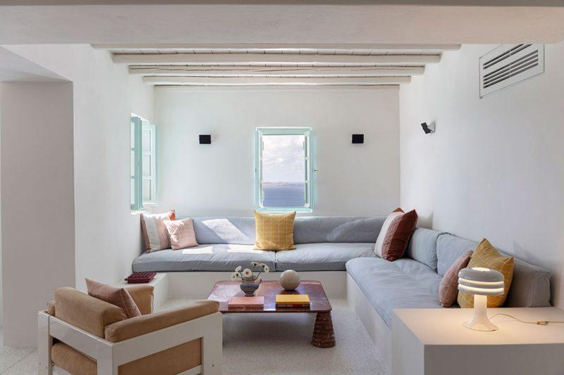 [ Décors des îles grecques ] Hôtel Papyrella à Mykonos // Canapé maçonnés pour l'espace salon