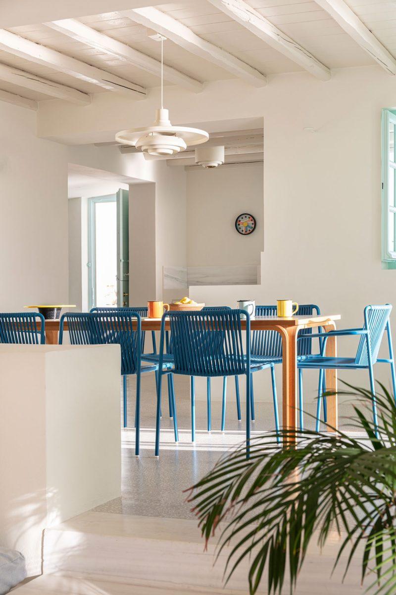 [ Décors des îles grecques ] Hôtel Papyrella à Mykonos // Chaises bleues pour le coin repas