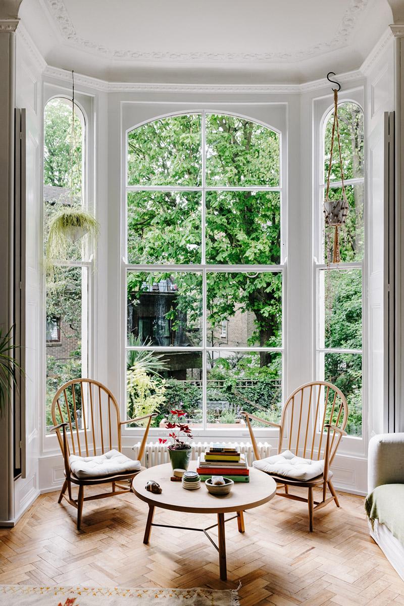 Un charmant appartement à Londres à l'esprit scandinave // Incroyable bow-window à guillotine ouvrant sur le jardin