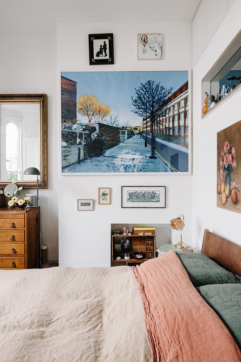 Chambre au mobilier vintage avec un très joli mur de cadres