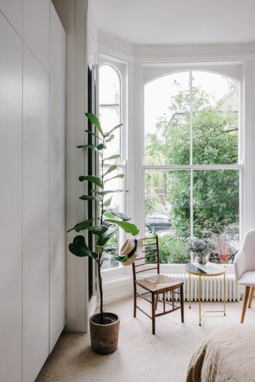 Chambre au mobilier vintage ouvrant sur le jardin