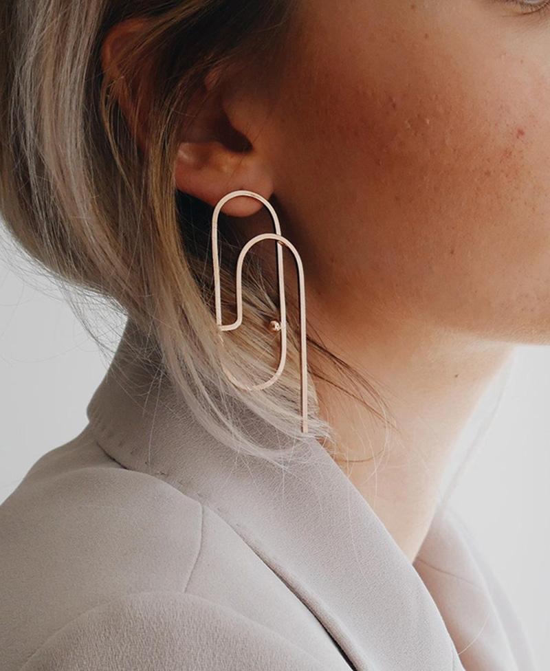 Boucles d'oreilles pendantes plaqué or sur la boutique Etsy MaisonLima, 53 €.