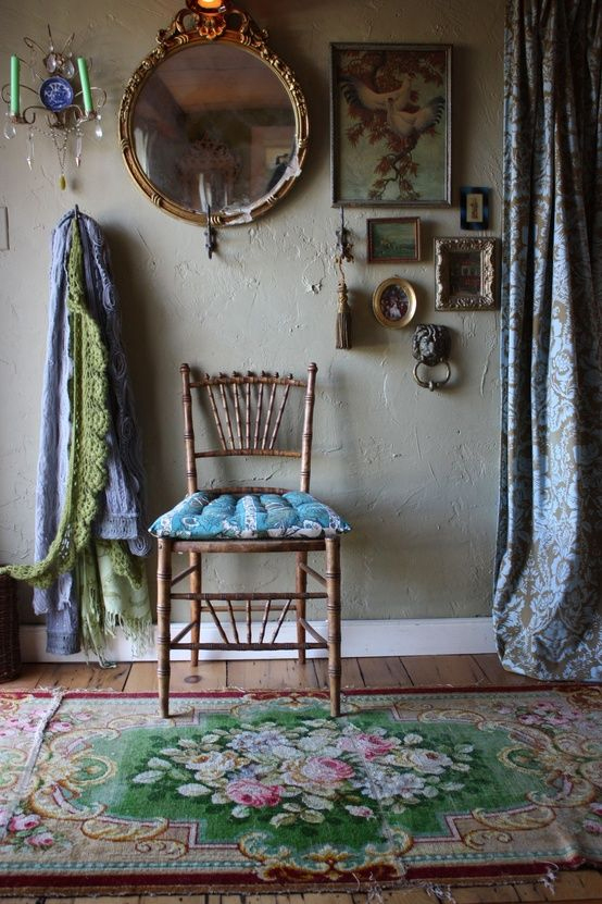 La bonne idée déco : mélanger des cadres anciens et vieux miroirs pour un décor romantique