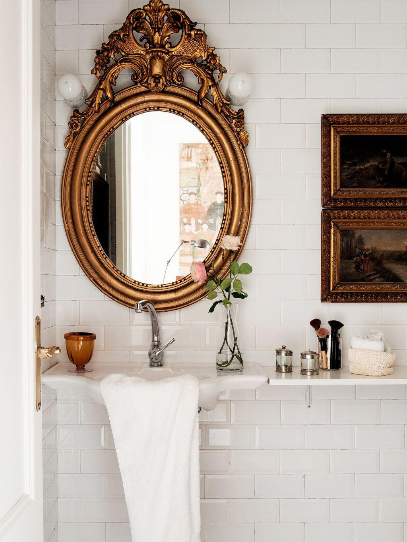 Très beau miroir antique pour donner du chic à une salle de bains