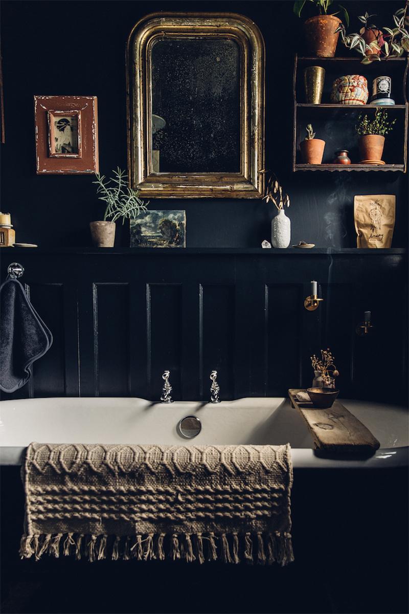Salle de bains noire avec miroir et cadres ancien // myscandinavianhome.com