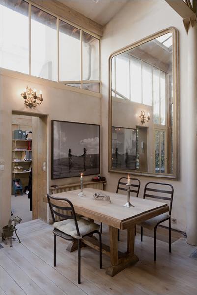 Loft à Paris avec un grand miroir trumeau pour capter la lumière