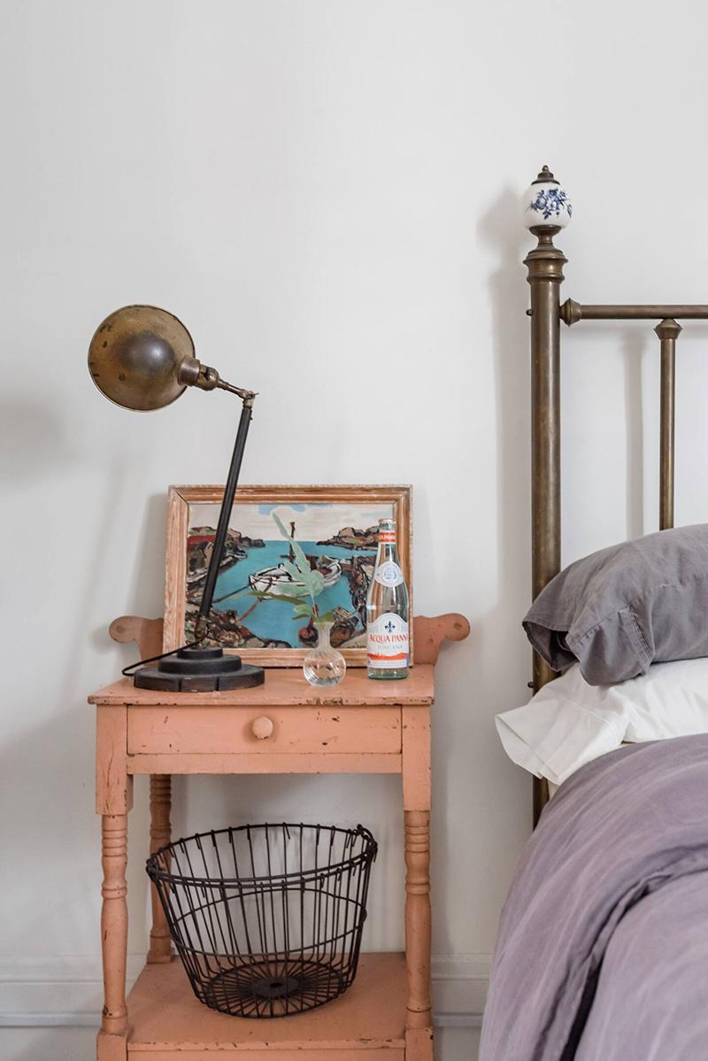 This Old Hudson, un style shabby chic épuré // Lit antique avec table de chevet patiné rose