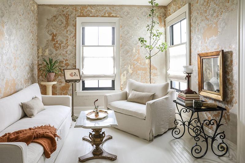 This Old Hudson, un style shabby chic épuré // Salon avec papier-peint patiné