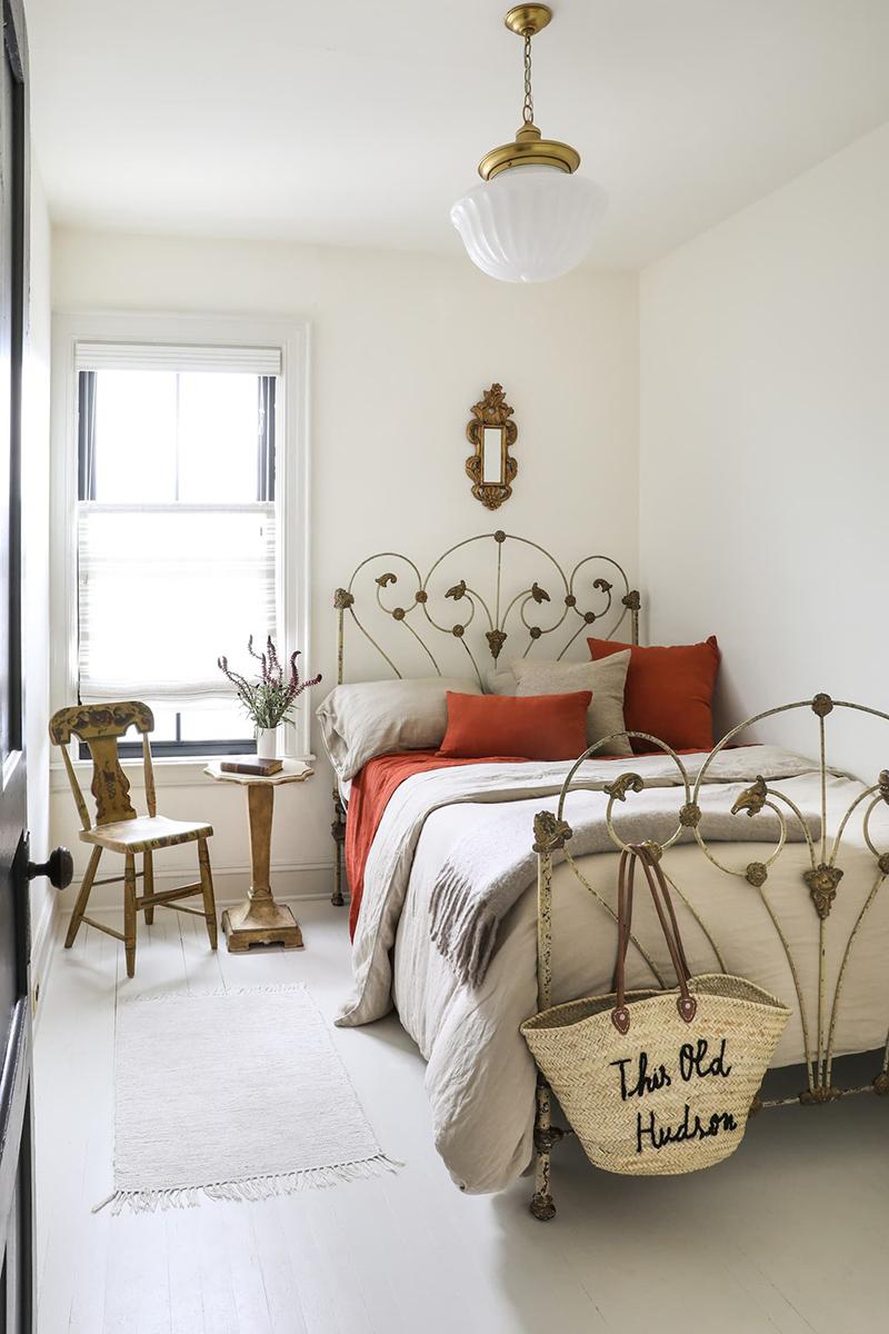 This Old Hudson, un style shabby chic épuré // chambre minimaliste meublé de mobilier ancien