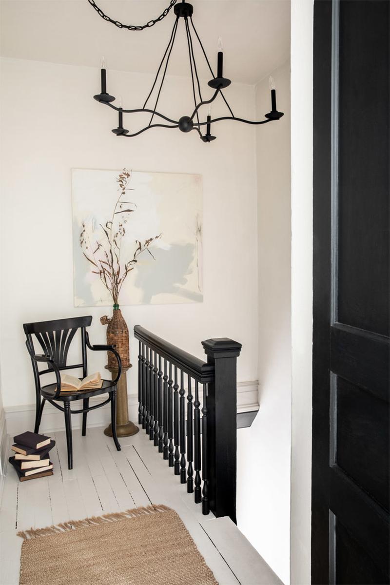 This Old Hudson, un style shabby chic épuré // Un palier d'escalier en noir et blanc