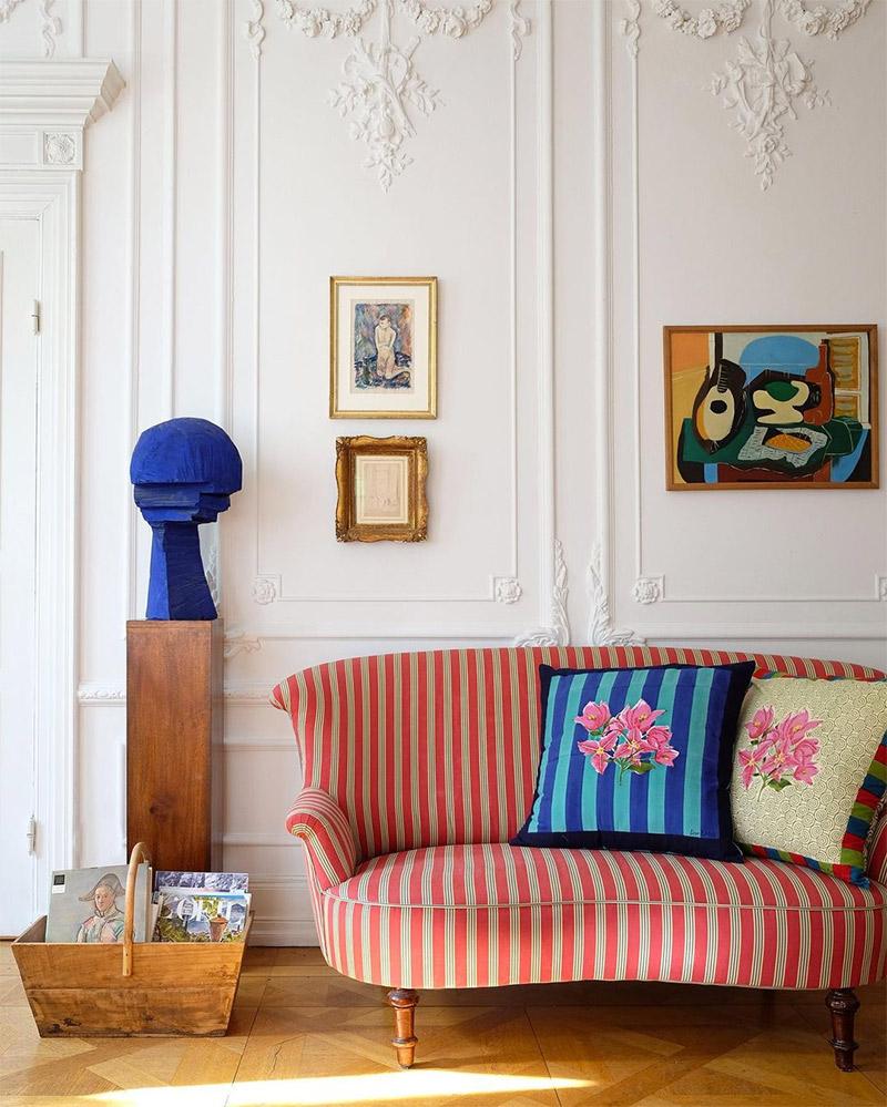 Banquette à rayures recouverte d'un tissu rayé rouge et gris pour un décor d'esprit vintage moderne