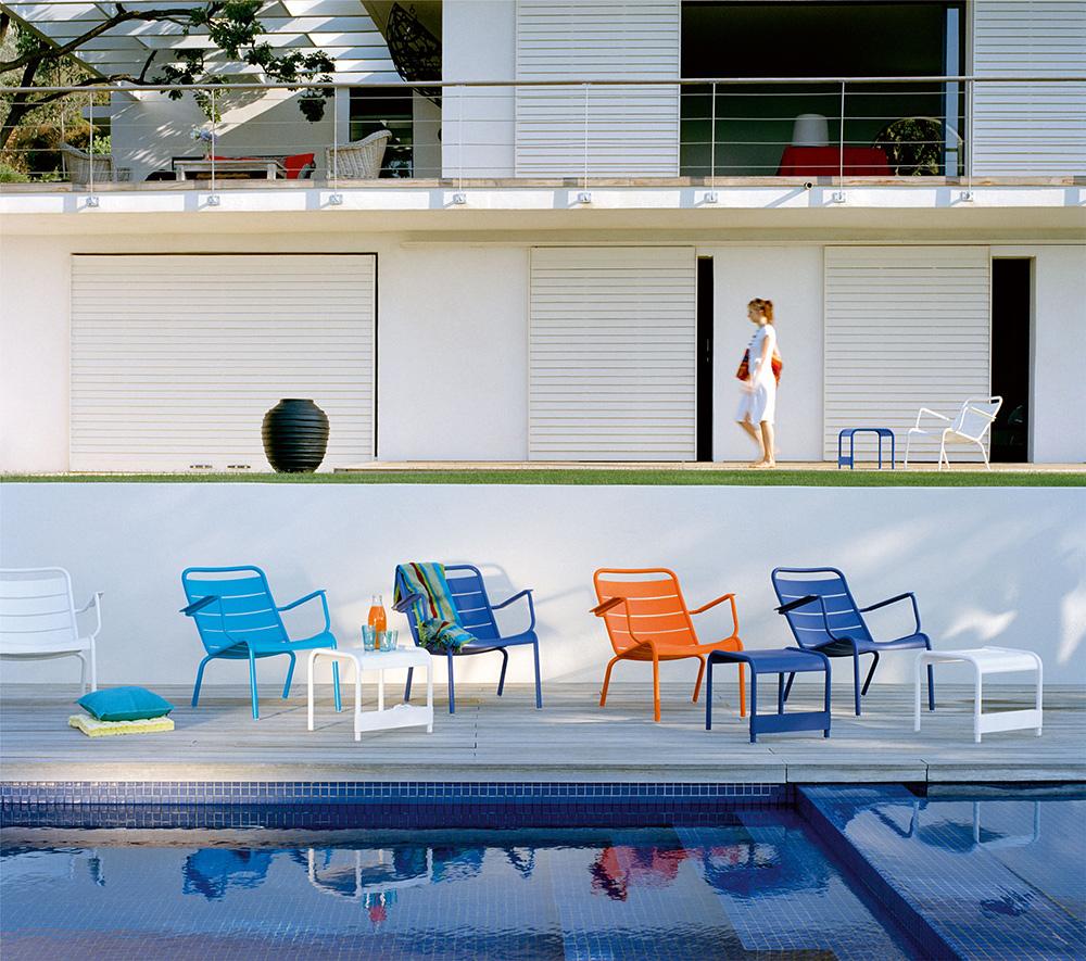 Catalogue Fermob - On hisse haut les couleurs autour de la piscine