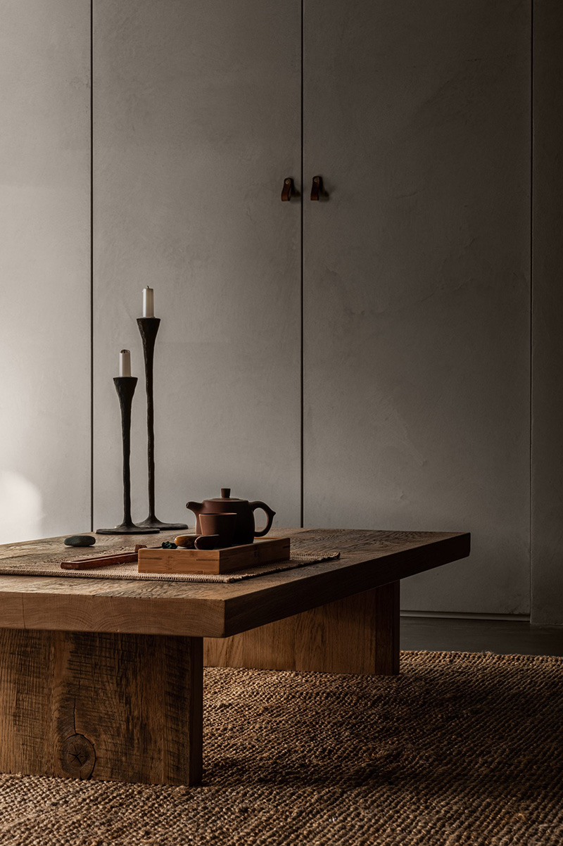 Un appartement wabi Sabi signé Olga Fradina à Kiev // Table à thé japandi