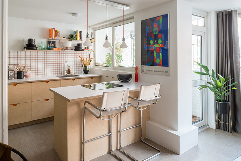 Cuisine ouverte au look moderniste avec meuble en contreplaqué