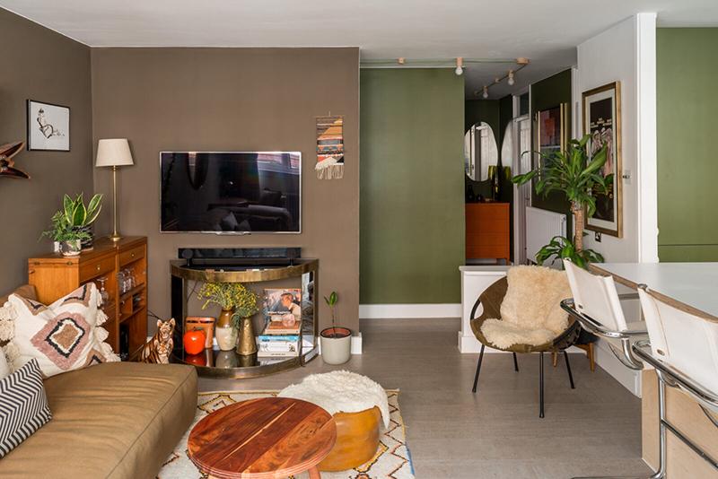 Un salon bohème dans les tonalités de marron et vert kaki