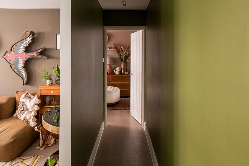 Un couloir peint en vert et marron