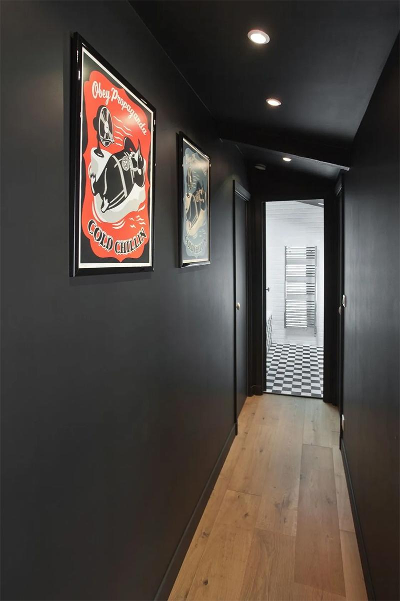 Placement d'une séries de spots encastrés dans un couloir