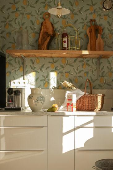 A la maison du Neissey à Saint-Briac - Papier-peint à fleurs en fond de cuisine