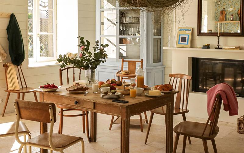 A la maison du Neissey à Saint-Briac - Table de ferme et chaises chinées pour la salle de séjour