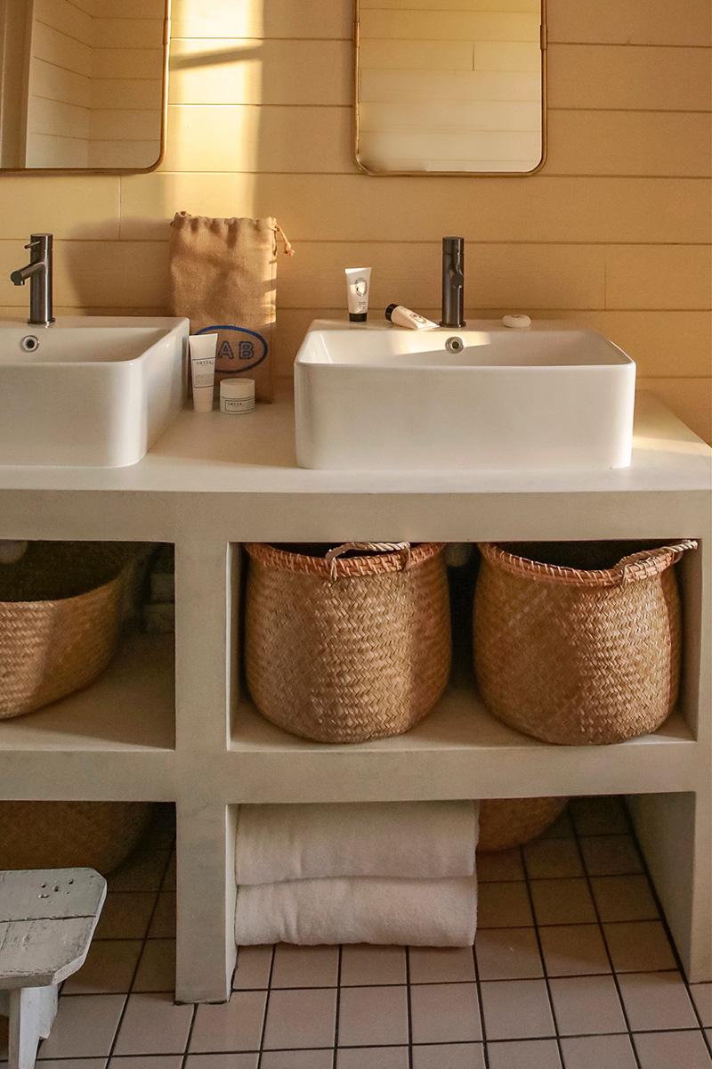 A la maison du Neissey à Saint-Briac - Salle de bains au look retro avec des miroirs de barbier chiné