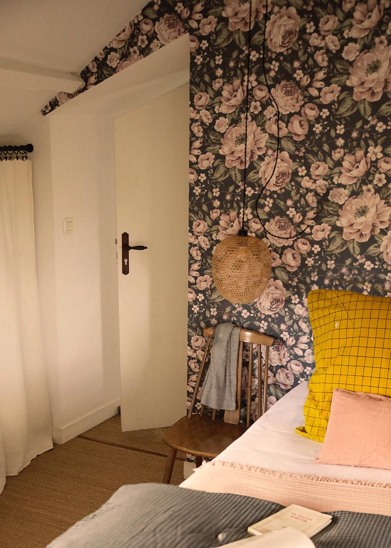 A la maison du Neissey à Saint-Briac - Papier-peint à fleurs et linge de lit à carreaux