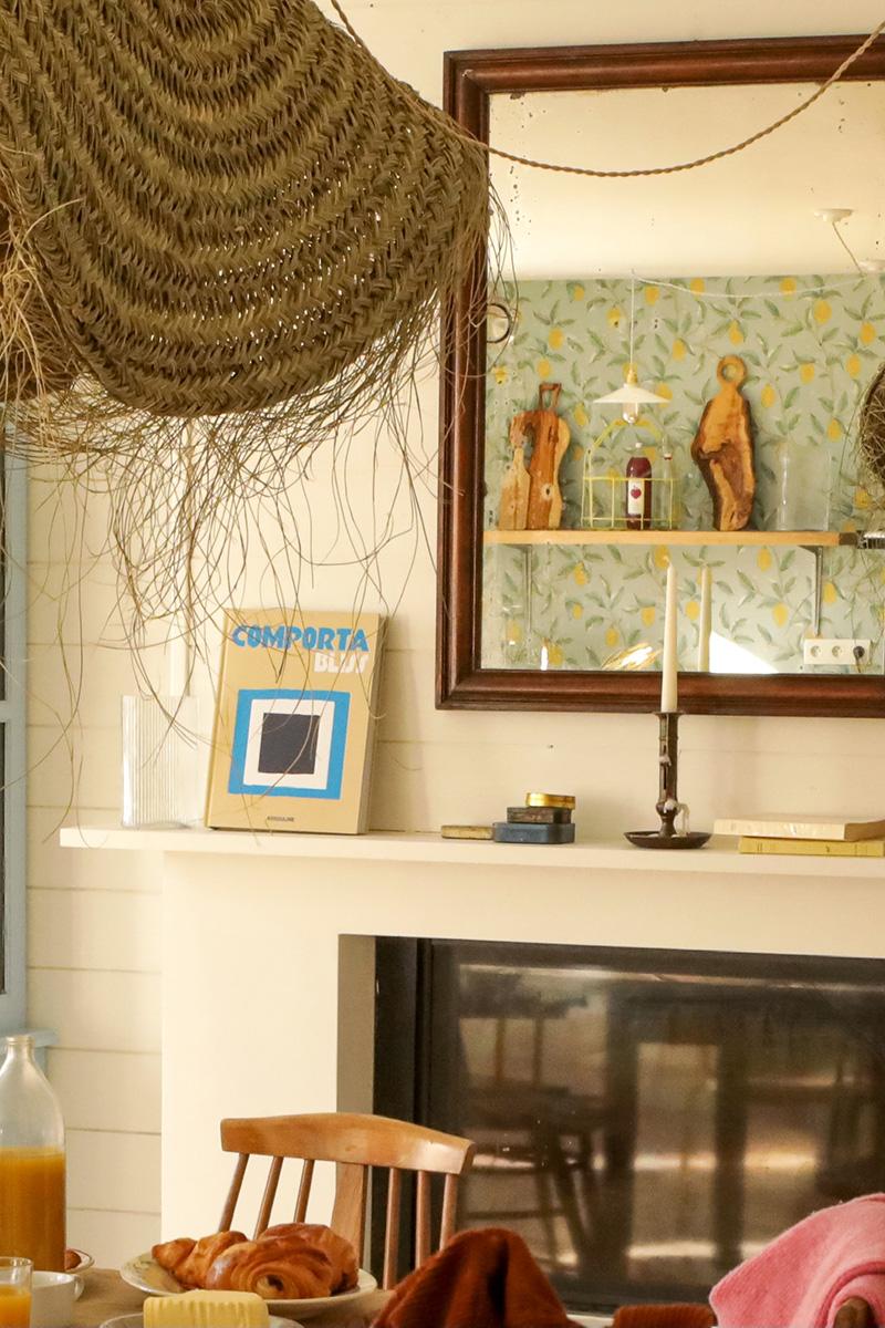 A la maison du Neissey à Saint-Briac - Un mélange d'objets chinés et abat-jour à la touche ethnique