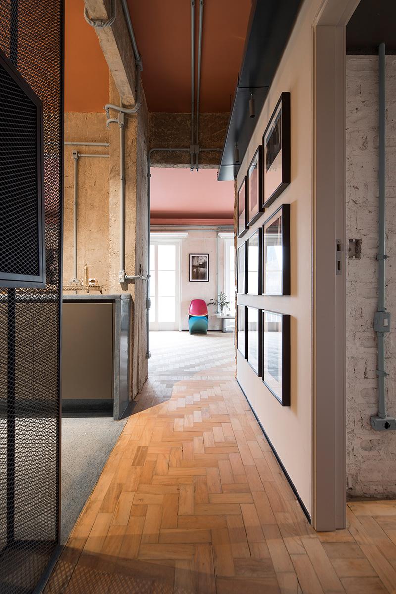 Couloir ouvrant sur les différents espaces - RF Apartement à à São Paulo par le studio Super Limão