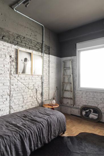 Chambre aux murs de briques peints en vert et blanc - RF Apartement à à São Paulo par le studio Super Limão