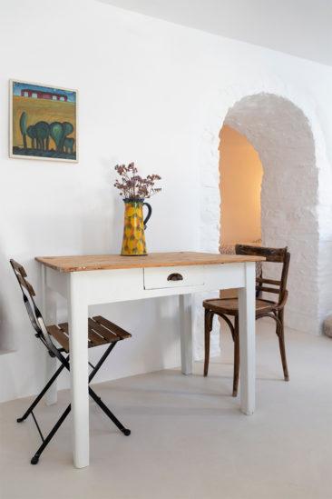 Une maison à Tinos par Bobotis architects // Un intérieur épuré, meublé de mobilier chiné rustique