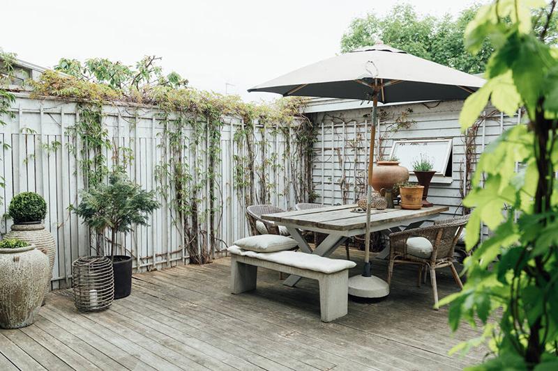 Une maison parfaitement lagom en Suède // Terrasse aménagée en bois
