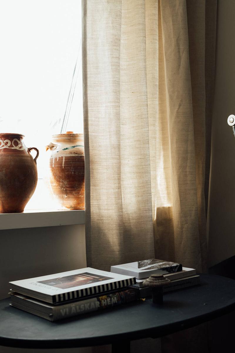 Une maison parfaitement lagom en Suède // Rideaux en lin beige