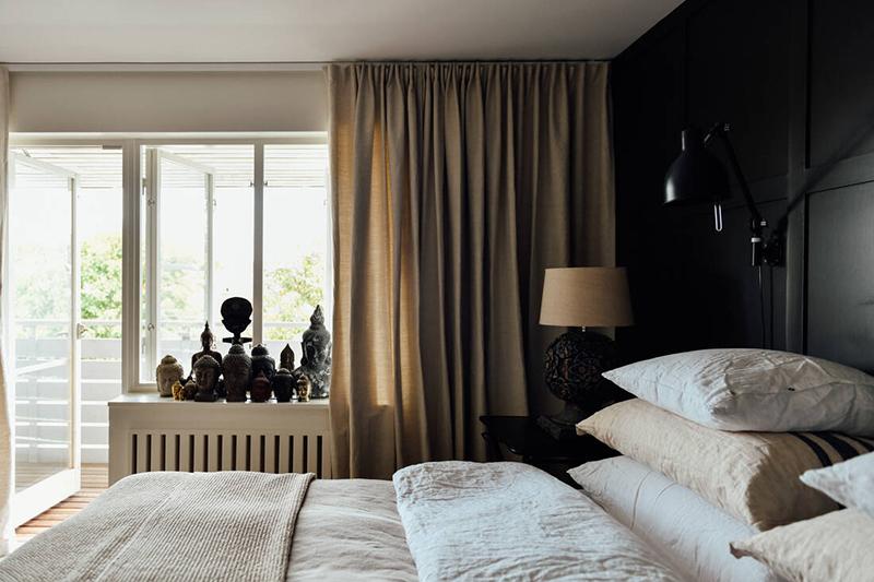 Une maison parfaitement lagom en Suède // Une chambre en noir et beige