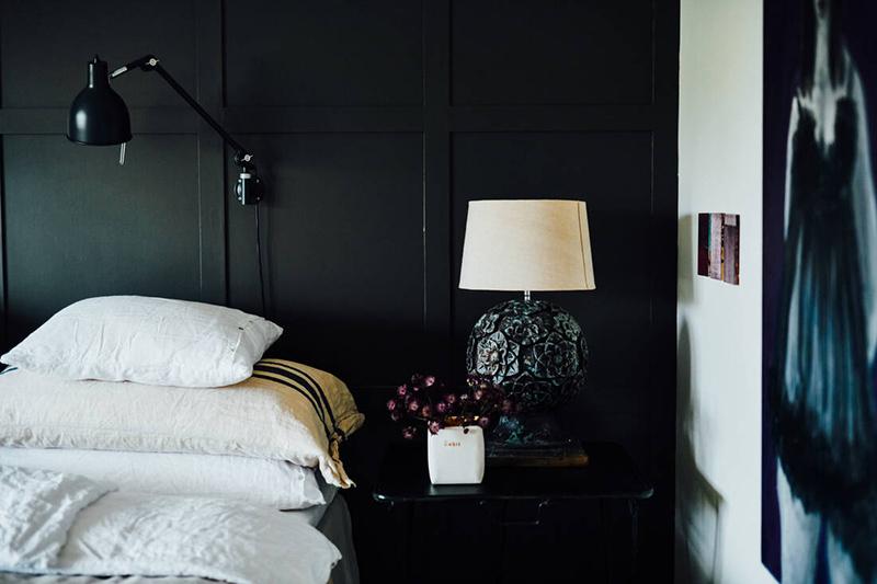 Une maison parfaitement lagom en Suède // Une chambre au style ethnique noir et blanc