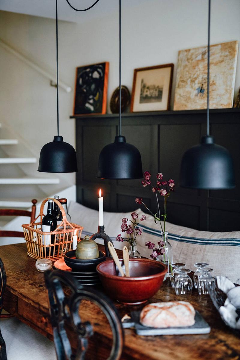 Une maison parfaitement lagom en Suède // Salle à manger rustique en noir et blanc