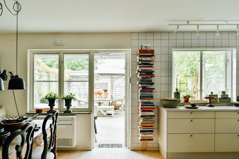Une maison parfaitement lagom en Suède // Une cuisine blanche, basique ouverte sur le jardin
