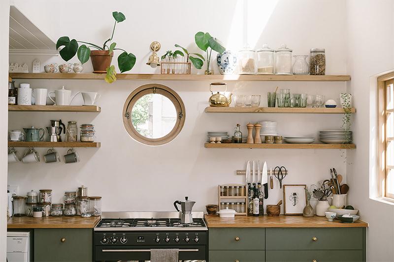 Poser une étagère murale au dessus d'un plan de travail dans la cuisine