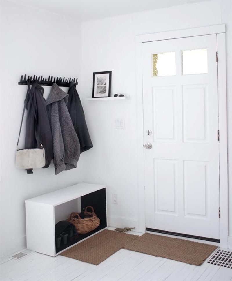 Décorer judicieusement une entrée avec une petite étagère murale