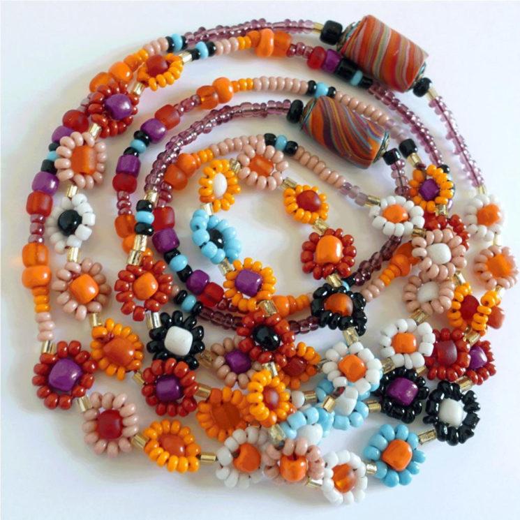 Des colliers en perles colorées et ses bracelets, sur la boutique Etsy CATHeBOUTIK