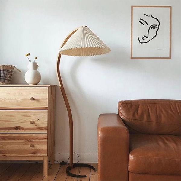 Lampadaire vintage de style danois, à abat-jour plissé sur la boutique Etsy lesoreves