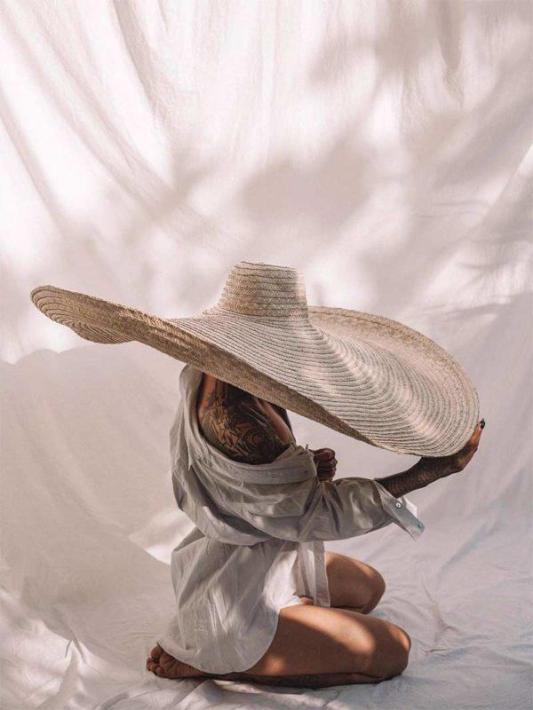 Chapeau de paille oversize à dénicher sur la boutiqueEtsy swgdecorgoods