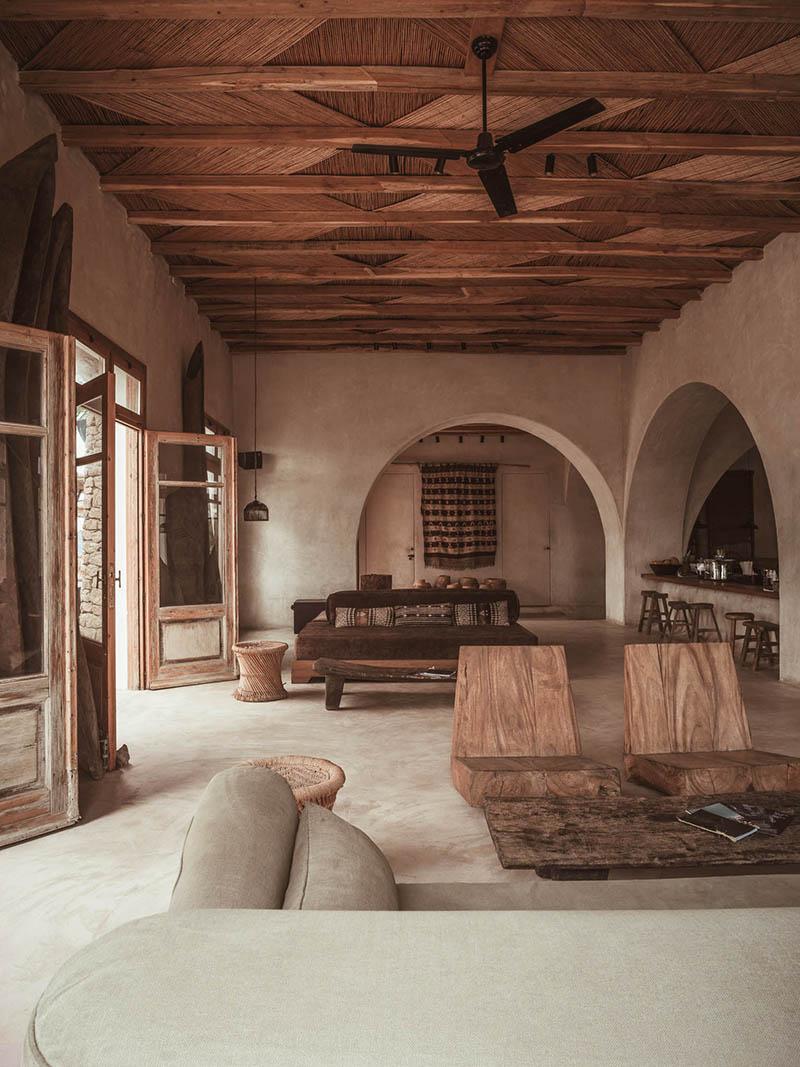 """L'hôtel Scorpios à Mykonos, ambiance """"wabi sabi ethnique"""" // Grande pièce d'accueil tout en tonalités de brun"""
