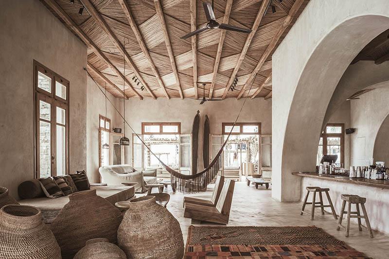 """L'hôtel Scorpios à Mykonos, ambiance """"wabi sabi ethnique"""" // La grande pièce d'accueil"""