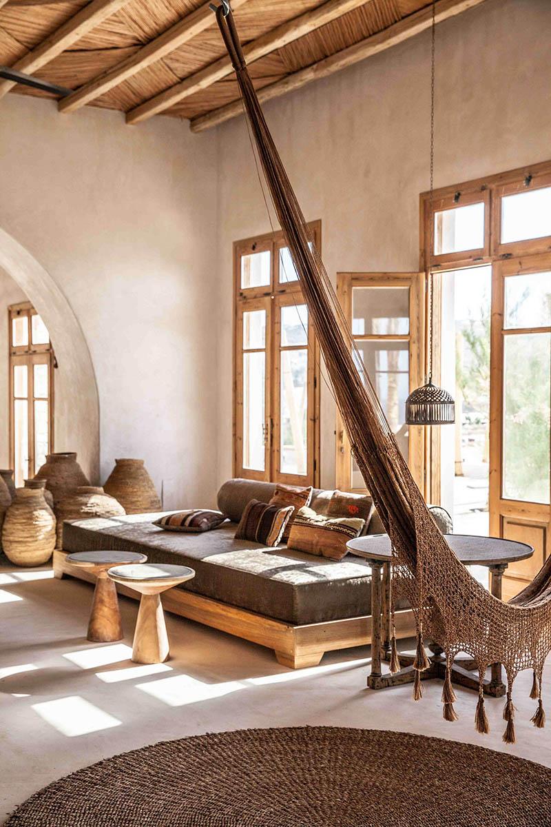 """L'hôtel Scorpios à Mykonos, ambiance """"wabi sabi ethnique"""" // Coin farniente avec lit de repos et hamac"""