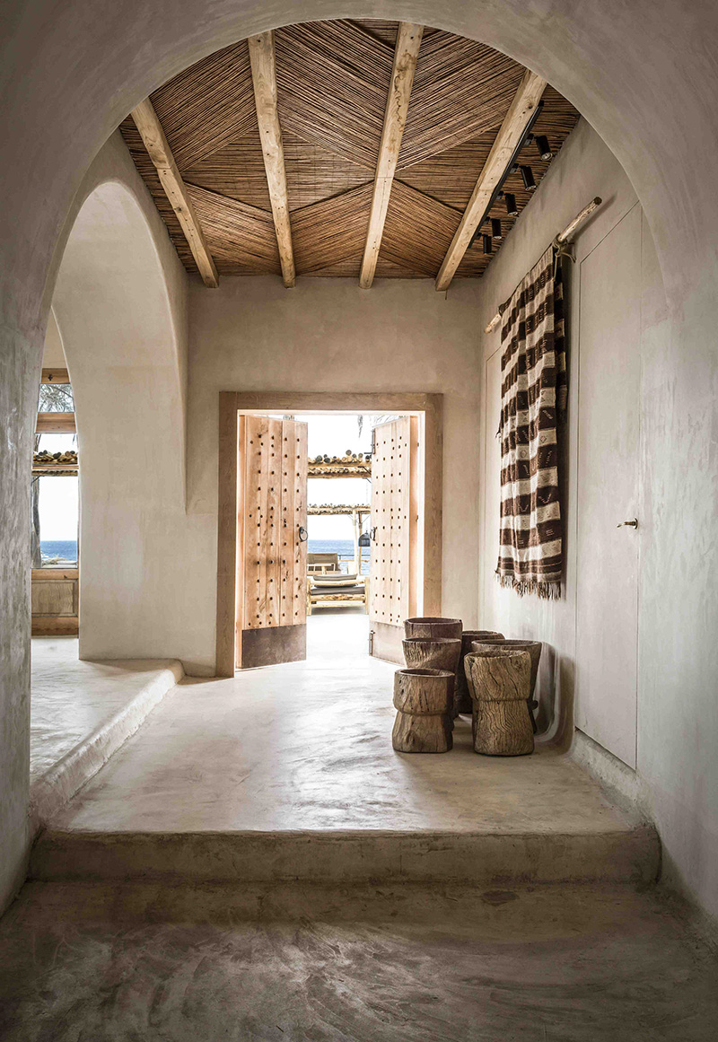 """L'hôtel Scorpios à Mykonos, ambiance """"wabi sabi ethnique"""" // L'entrée avec sa porte en bois sculptée"""