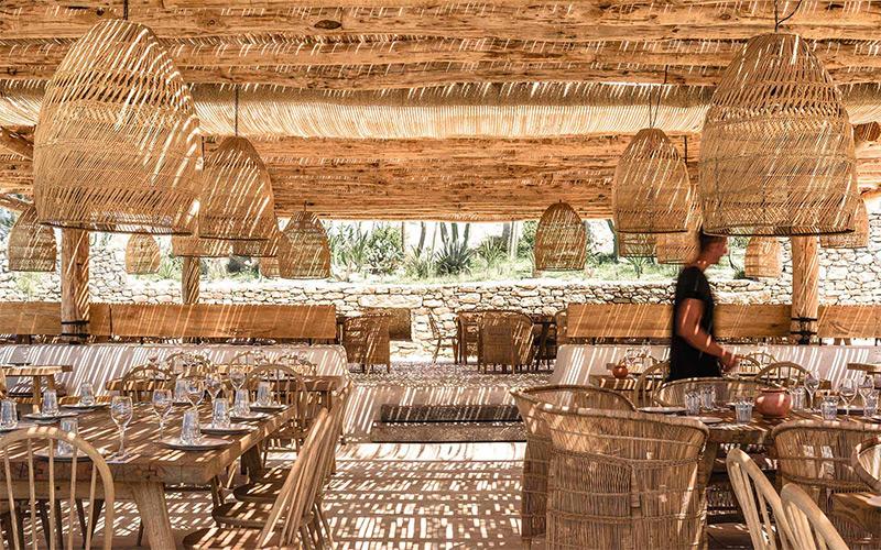 """L'hôtel Scorpios à Mykonos, ambiance """"wabi sabi ethnique"""" // Restaurant sous les canisses"""