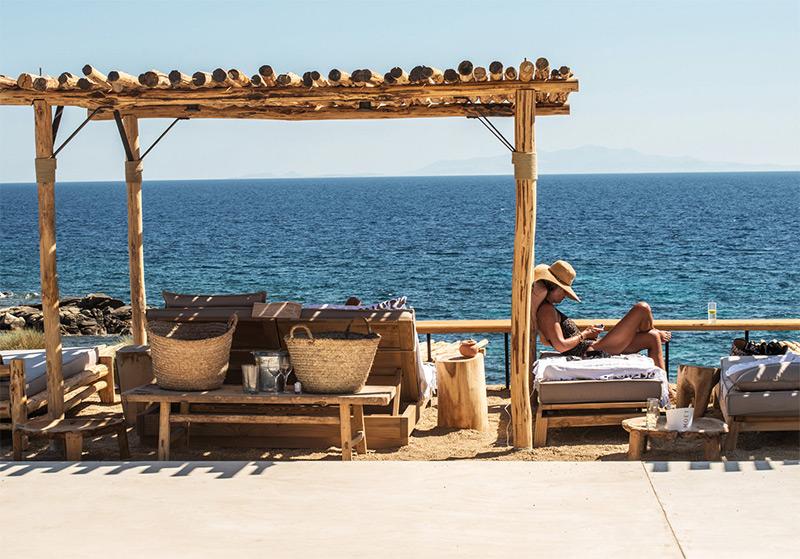 """L'hôtel Scorpios à Mykonos, ambiance """"wabi sabi ethnique"""" // Face à la mer exactement"""