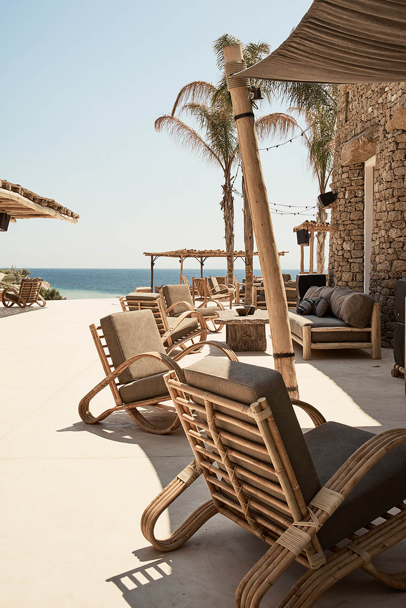 """L'hôtel Scorpios à Mykonos, ambiance """"wabi sabi ethnique"""" // Grande terrasse donnant sur la mer"""