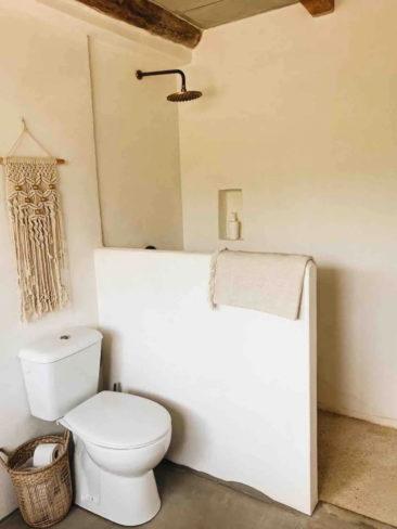 SA Caseta, une maison d'hôtes boho à Majorque // Salle de bains rustique méditerranéen